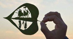 هنرنمایی خلاقانه یک مرد قزاق بر روی برگ درخت